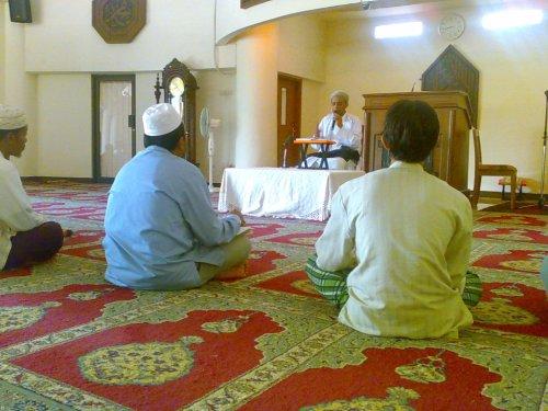 Suasana Kuliah Dhuha oleh seorang Habib dari Condet, di Masjid Raya Bintaro