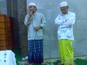 Sang cucu (kiri) dan sang anak (kanan) yang jadi imam shalat