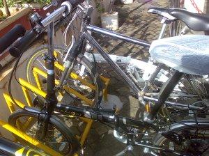 Sepeda diparkir dulu ...Banyak juga yang bersepeda ....he he he ...