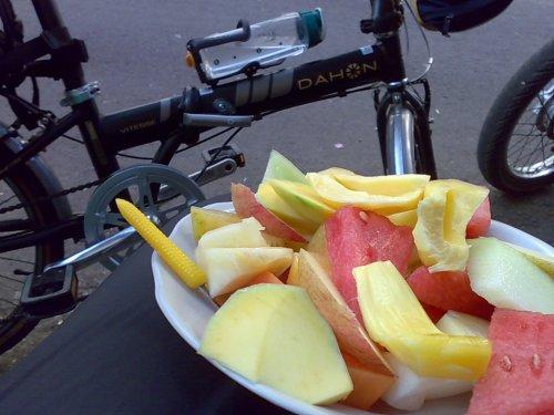 Sarapan buah memang segerr dan sehat ..apalagi abis ngonthel..biyuh sedaaaappp ...!!!