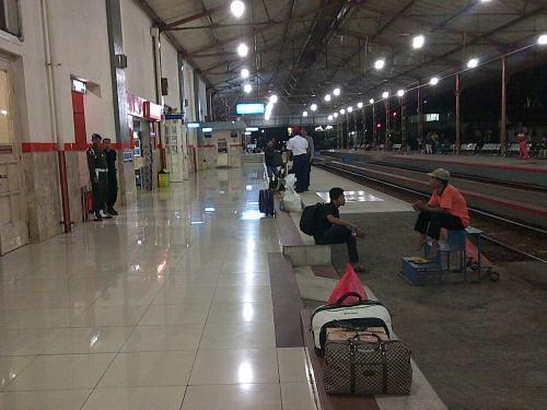 Stasiun Madiun yang bersih.