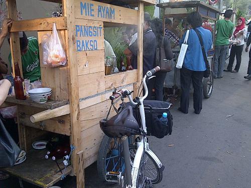 Makan Mie ayam di depan Chase, sembari istirahat menuju KemenPAN