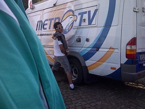 Orang ini tega nian di area publik dimana banyak orang lalu-lalang buang air seni ke ban mobil Metro TV pulak!