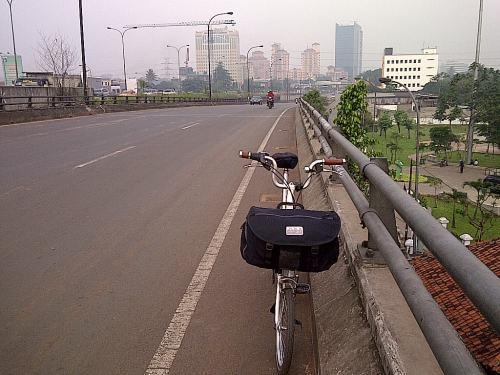 Di jembatan Tanjung Barat menuju Pasar Rebo, melihat keret lewat di bawah jembatan...asiiik.