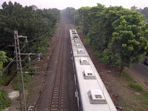 Horeeee! Ada kereta api lewat ...