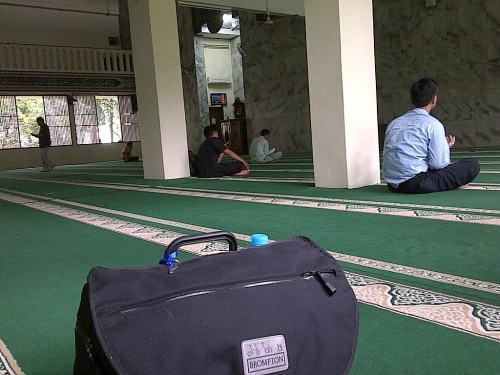 Shalat Ashar BMW di masjid Kementan, Ragunan