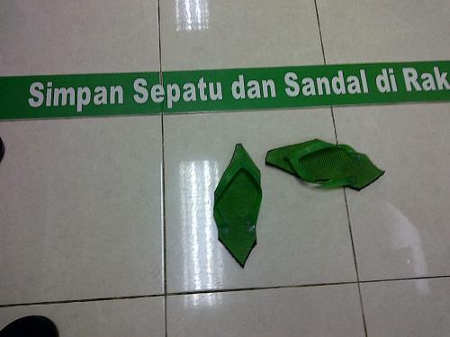 Ada-ada saja, sandal jepit dipotong di banyak sudutnya agar aman tak dicuri orang .... (Mushalla Indosat, lantai 23, ba'da Maghrib)