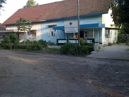 Di sebelah pojok belakang rumah Administratur ada rumah yang dijadikan klinik