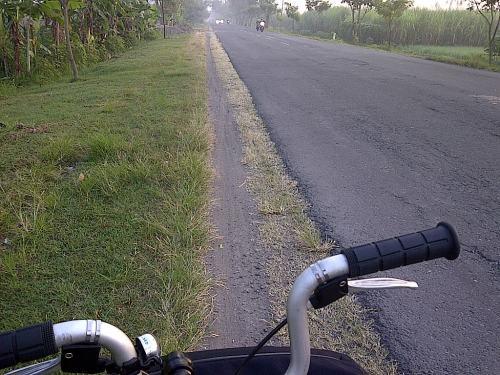 Nikmatnya bersepeda di jalan setapak ... inget masa remaja di Madiun ...