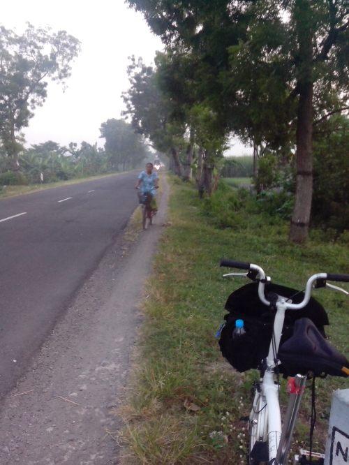 Menikmati pemandangan dari jalan setapak di pinggir jalan aspal ... Jadi inget masa remaja sering bersepeda seperti ini ...