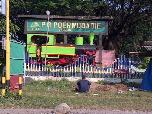 Monumen lokomotif di depan Purwodadi