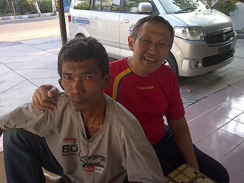 Bersama Konthong, teman main saat kecil. Kakaknya, Supri, tak ketemu.