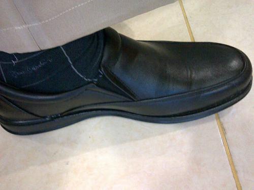 Inilah sepatu baru saya, dibeli 1 Juni 2013 dan mulai dipakai Senin, 3 Juni 2013. Semoga awet .... Bata gitu lho!