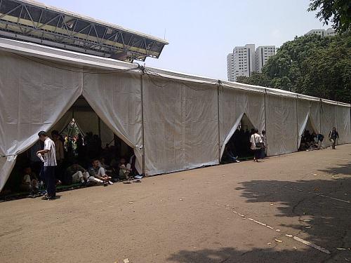 Mushalla berukuran raksasa seperti masjid dan penuh sesak saat shalat BMW. Subhanallah ...