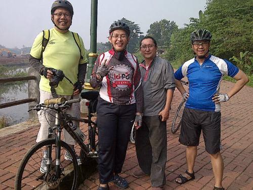 Foto bareng dengan Asoka, Satya dan Bowo di pinggiran Setu Babakan.