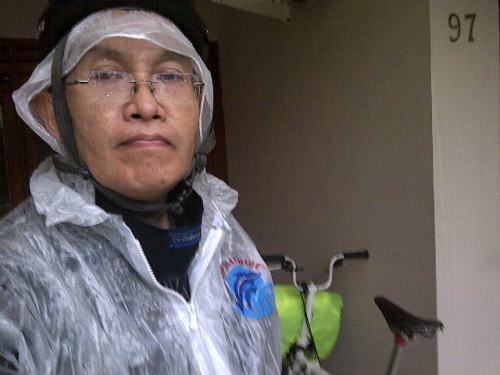 Ternyata ...meski pake jas hujan dan celananya, tetep aja basah kuyub dan gowes tadi terasa berat dari Sudirman hingga rumah ...