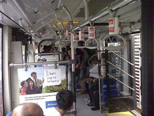 Nyamannya di dalam bus TJ gandengan ... Saya dapat duduk paling belakang, enak, menghadap depan dan elevasi tinggi (raised)....