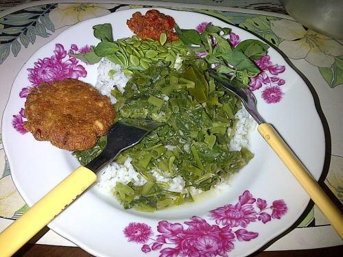 Nasi sayur loncom lengkap dengan mendhol dan lalapannya: petai cina, toge, mentimun, sambel dan kemangi ...nyam nyam ...