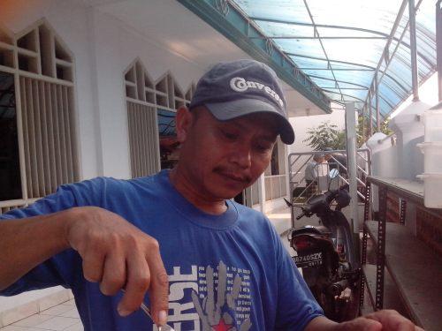 Pak Yana sedang melayani donat ...