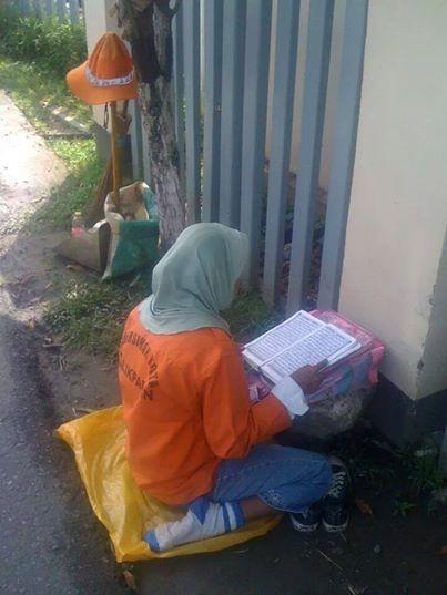 Tukang sapu membaca Quran