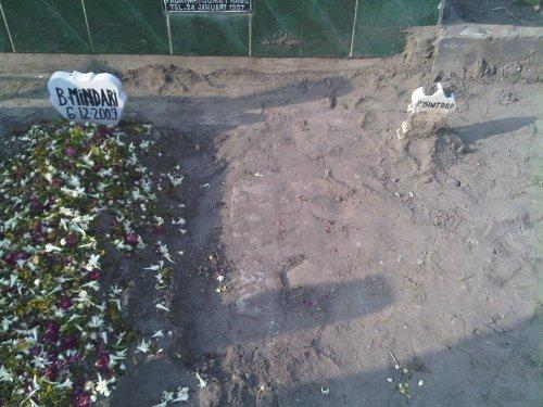 Alm Bude Mindari sudah dimakamkan, disebelahnya telah disiapkan buat Pakde Bientoro. 15:40 7Des2009