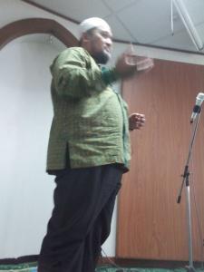 DR Amir Faishol Fath sedang memberikan tausiyah singkat bada shalat Dzuhur.