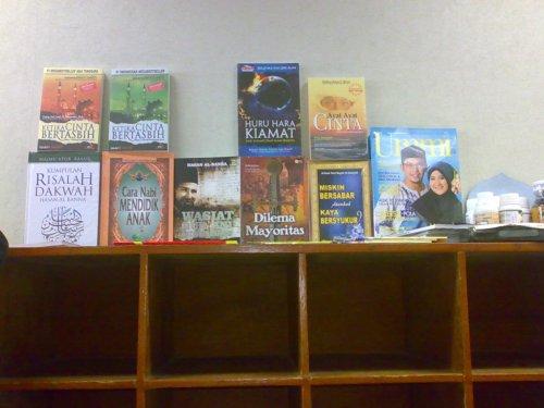 Buku2 dagangan pak Subhan di Mushalla Tarbiyah