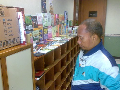 Pak Subhan dan lapaknya di lantai 23, Mushalla Tarbiyah, Kantor Pusat PT Indosat